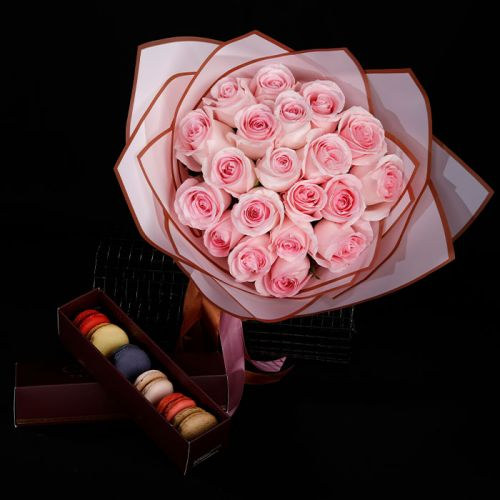 20 Pink Roses with 6pcs Macaroons